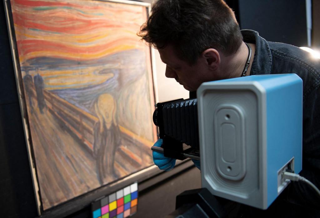 Norveški stručnjaci pri ekspertizi Munchova platna<br /> <br />