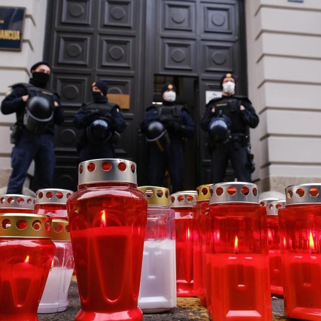 Zbog zatvaranja ugostiteljskih objekata ugostitelji su u studenom upaliti lampione ispred Ministarstva financija