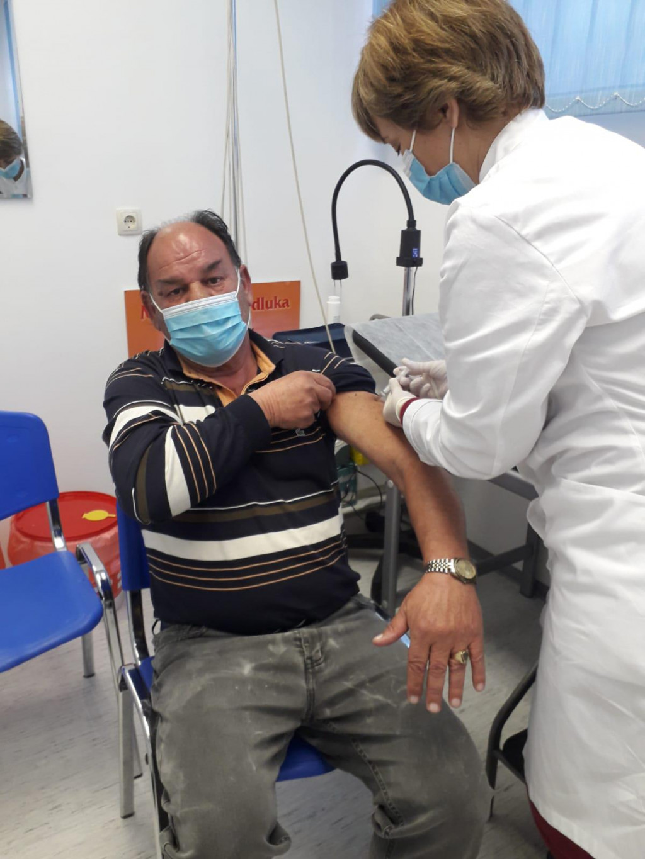 Stipe Mikuličić poznatiji kao Stipe Legenda jutros je u Podstrani dobio cjepivo Astra Zenece.