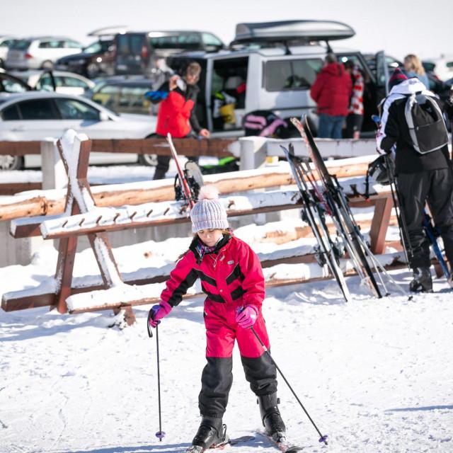 Skijališta u BiH puna su gostiju, kafići i klubovi normalno rade, a s druge strane broj zaraženih raste iz dana u dan