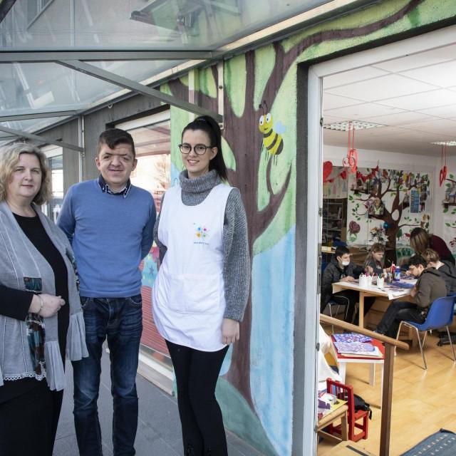 Voditeljica solinske udruge Ljubica Milković s Antonijom Šerić i Matejom Nosićem ispred radnih prostorija