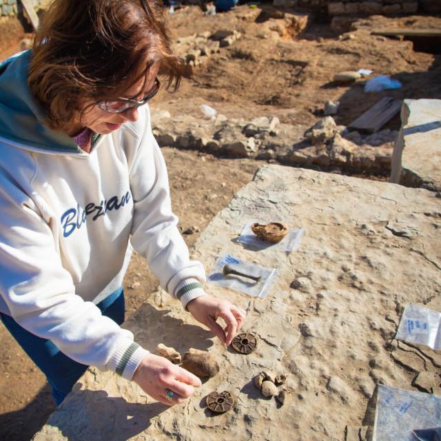 Viša kustosica Ema Višić-Ljubić s predmetima koji su pronađeni ispod jedan metar visokog sloja zemlje i smeća