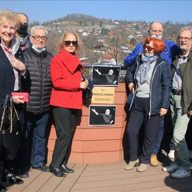 Grupa građana koja je odala počast pjevaču postavljanjem ploče na pješačkom mostu