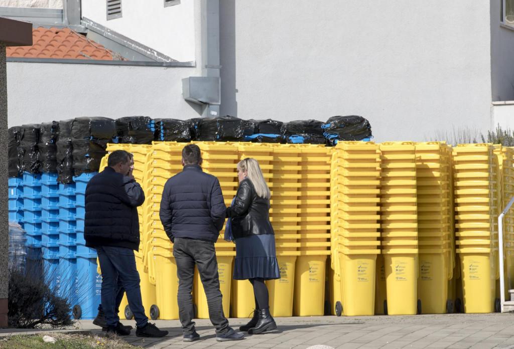 Nove kante za plastiku i papir dopremljene su ispred sportske dvorane