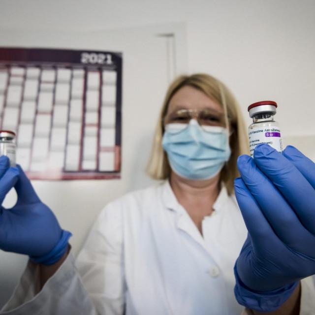 Sibenik, 090221.<br /> U ambulanti Doma zdravlja Sibenik pocelo je prvo cijepljenje AstraZenecinim cjepivom.<br />
