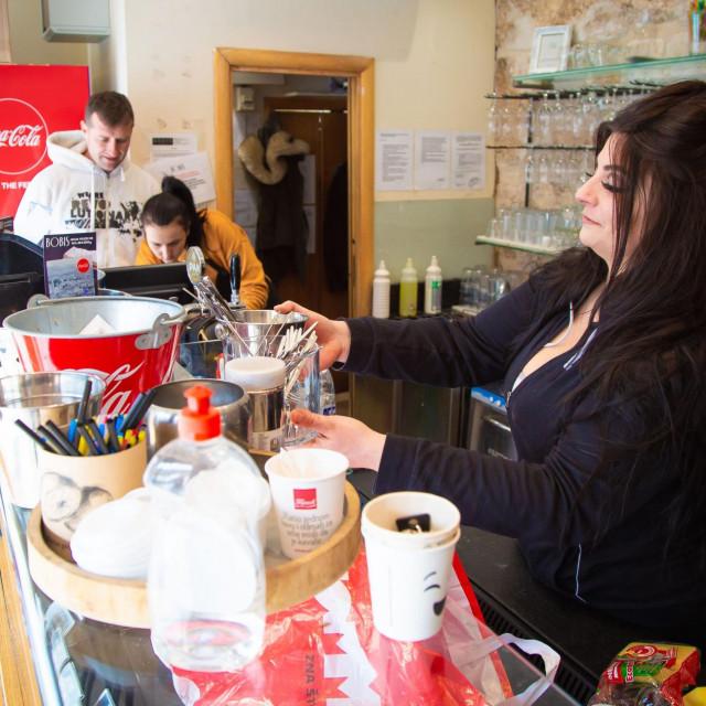Split, 120221.<br /> Nakon najave da ugostiteljski objekti mogu od ponedjeljka prodavati pice i hranu za van, neki ugostitelji su poceli pripreme za otvaranje.<br />