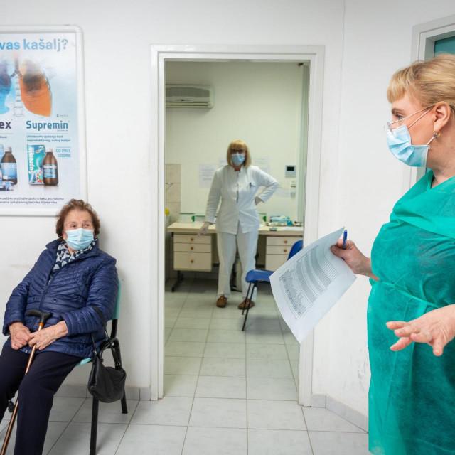 Redovi za cijepljenje u COVID ambulanti Mertojak<br /> <br /> <br /> <br />