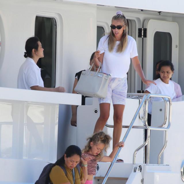 Brod Petara u vlasnistvu Bernieja Ecclestonea vezan na trogirskoj rivi na kojem su boravile njegove kćeri Tamara i Petra.<br />