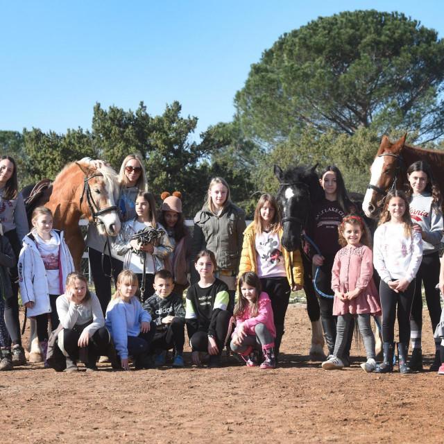Nedjeljom se u konjickom klubu Sv. Krsevan (Saddle Club Zadar) odrzava Pony Club za djecu koja vole konje i koja vise zele nauciti o tom zivotinjama, sve nadomak Zadra.