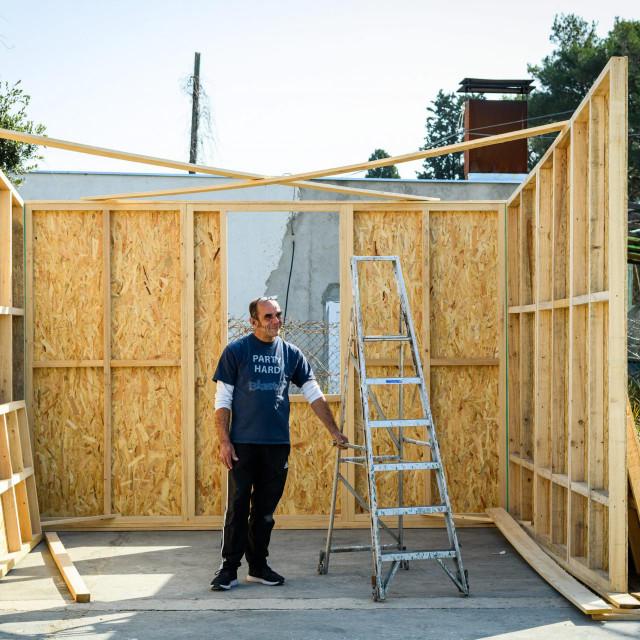 Sibenik, 270221.<br /> Drazen Frua sa prijateljima gradi stambenu kucicu za potresom pogodjeno podrucje Banovine.<br /> Na fotografiji: Drazen Frua<br />