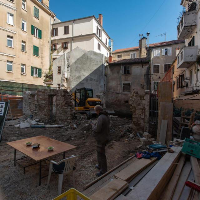 """Srušena je trošna zgrada na Poluotoku u kojoj je nekad bio popularni kafić """"Time out""""<br />"""