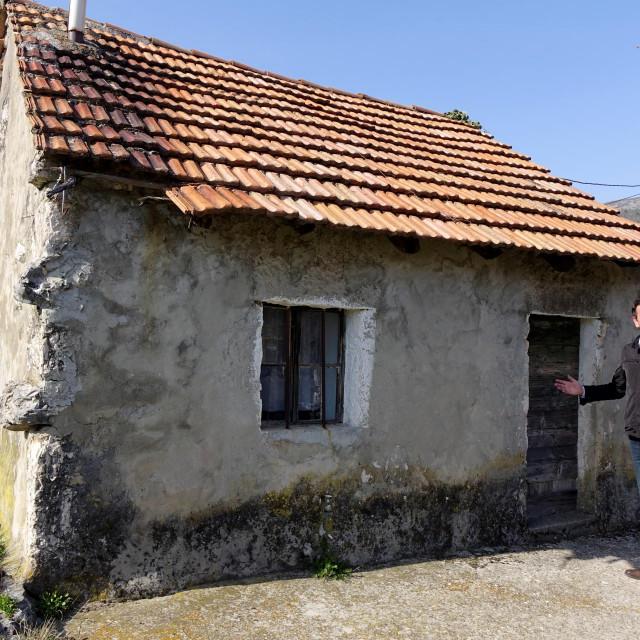 Ivan Budalić ispred kuće u zaseoku Budalići u Krstaticama