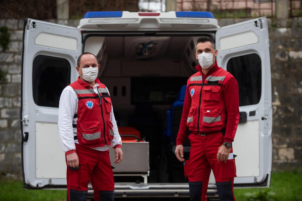 Zlatko Tomić i Neven Marinović, vozači sanitetskog prijevoza koji prevoze onkološke pacijente iz Zadra u Split<br />