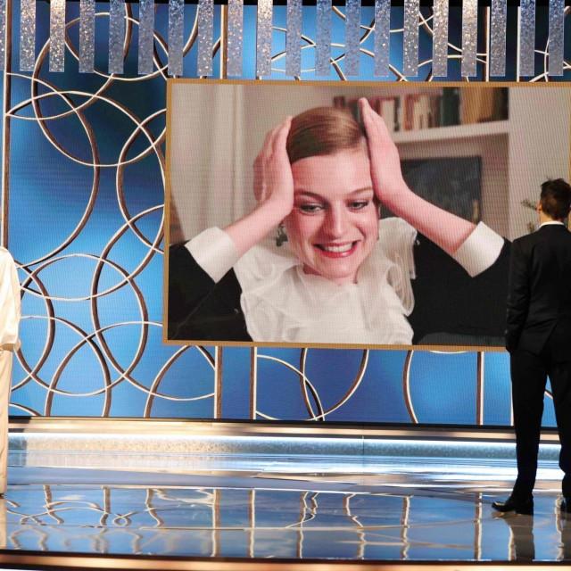 Oduševljena Emma Corrin prilikom osvajanja nagrade za ulogu u 'Kruni'