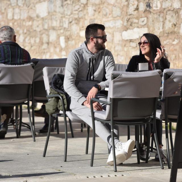 Zadar, 010321<br /> Novo popustanje protuepidemioloskih mjera od danas dozvoljava rad vanjskih terasa kafica.<br /> Na fotografiji: terase kafica na Poluotoku.<br />