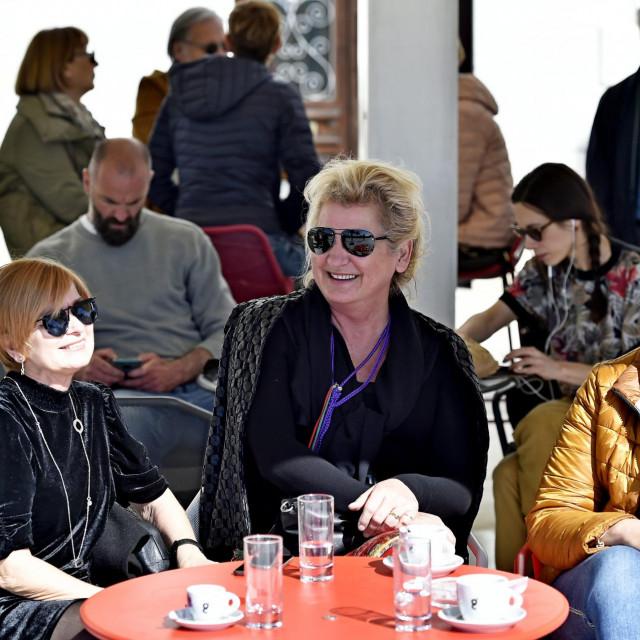 Smiljana Stanic, Ines Trgo Matijević i Maja Medić na Rivi piju kavu<br />