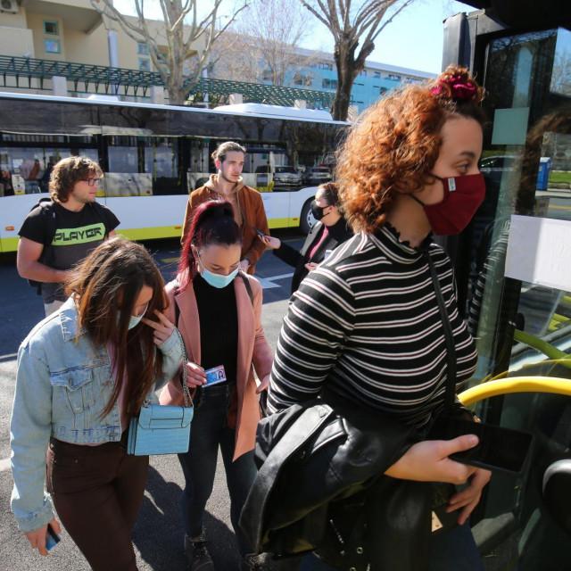 Na ulasku u autobus potrebno je samo pokazati x-icu