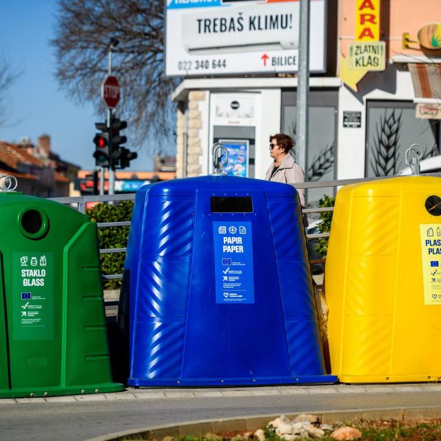 <br /> Na više lokacija u Šibeniku postavljeni su novi kontejneri za razvrstavanje otpada.<br />