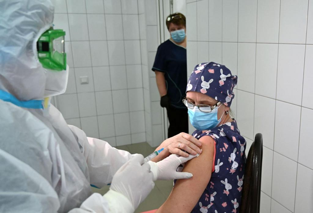 Cijepljenje medicinske djelatnice u Ukrajini; nisu svi zdravstveni radnici protiv cijepljenja