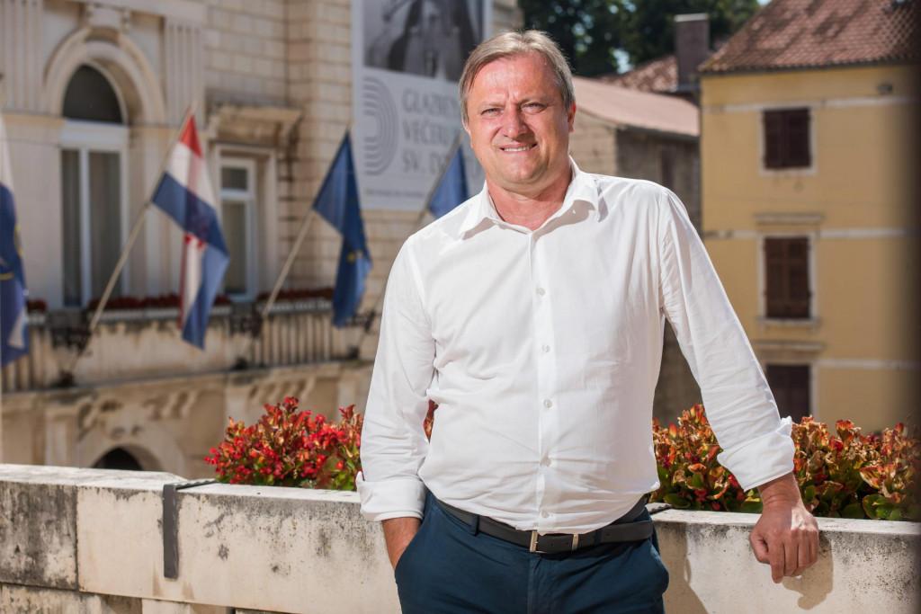Gradonacelnik Branko Dukic snimljen na balkonu svog ureda na Narodnom trgu.