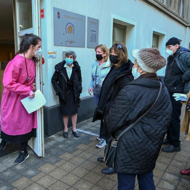 Mađari čekaju red za cijepljenje