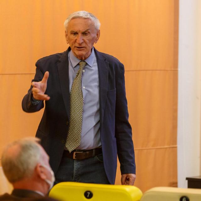 U kinoteci Zlatna vrata profesor Dejan Kružić održao je predavanje o stanju duga i tužbama vezanim za Spaladium Arenu