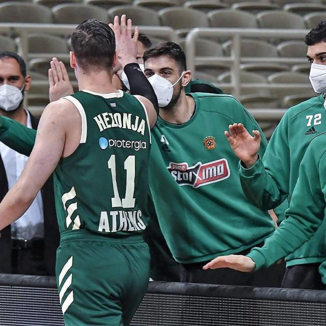 Mario Hezonja (Panathinaikos) prima čestitke suigrača foto: paobcgr