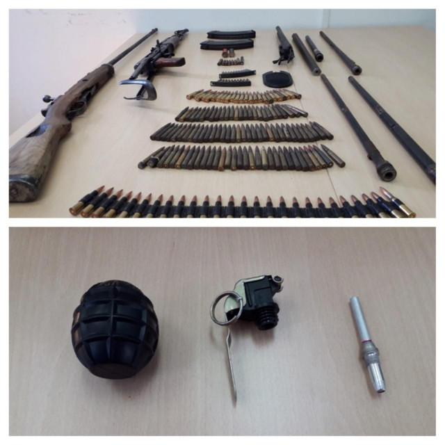 Zaplijenjeno oružje i bomba
