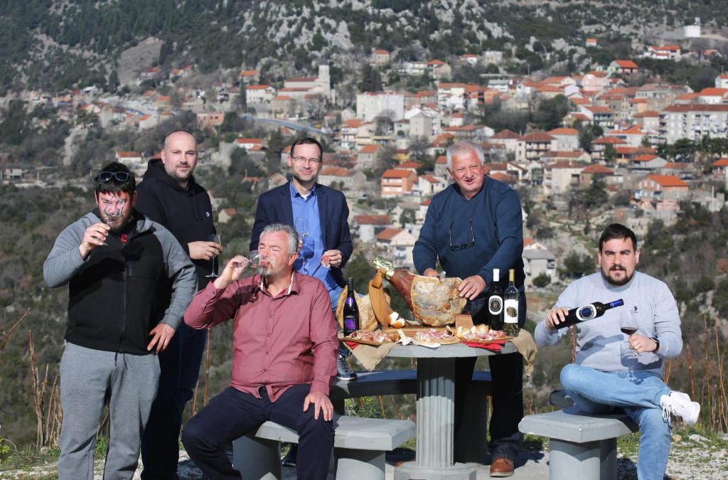 Zadovoljni vrgorski vinari i pršutari na vidikovcu iznad grada:<br /> Drago Mihaljević, Goran Nizić, Boris Gašpar, Darko Markotić, Svemir Majić i Ante Mihaljević