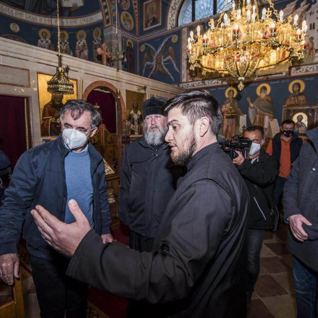<br /> Milorad Pupovac u pratnji Anje Šimprage obišao je crkvu i groblje Sv. Spasenja u koju su nepoznati počinitelji provalili u noi s petka na subotu