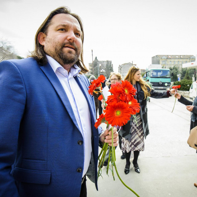 <br /> Clanovi SDP-a Sibenik povodom 8.ozujka već tradicionalno sugrađankama dijele cvijeće: prije tri godine gerberi su zamijenili karanfile