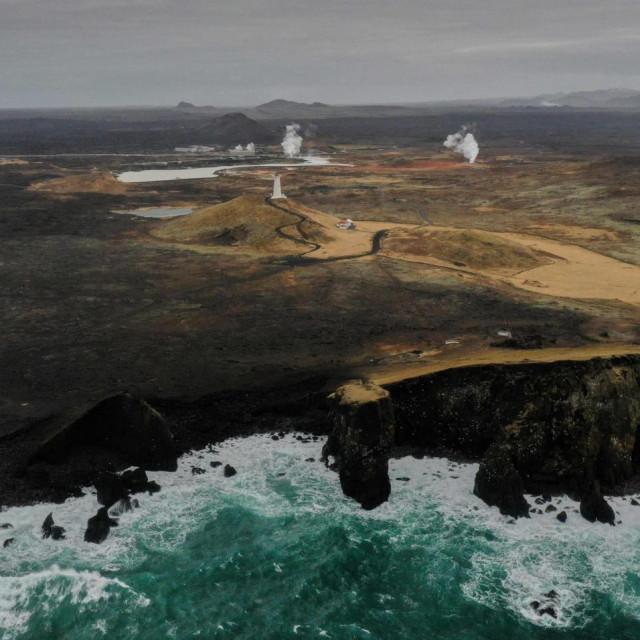 Svjetionik i postrojenje geotermalne energije blizu Grindavika na poluotoku Reykjanes