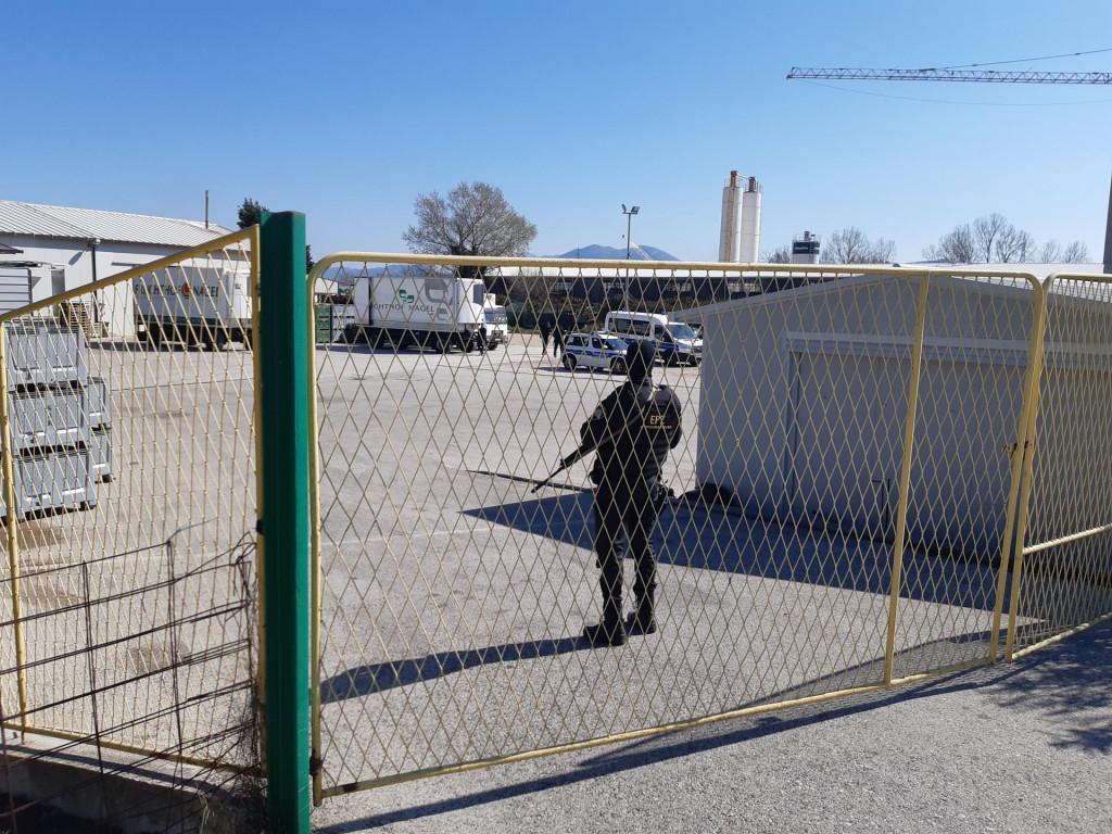 Policajac osigurava prostore tvrtke u kojoj je nađena droga