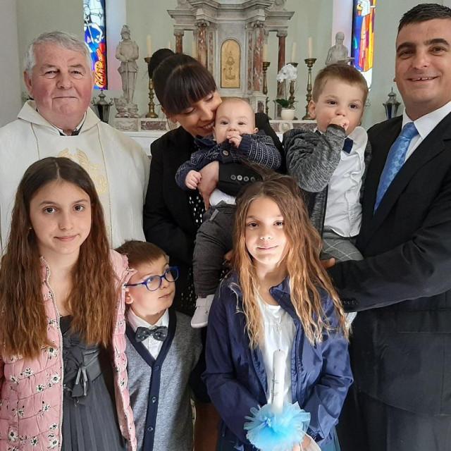 Obitelj Slavić sa župnikom fra Stipom Marčinkovićem