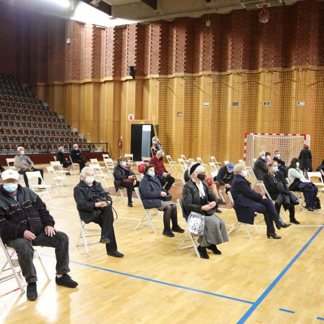 U sportskoj dvorani u Gospinom polju organizirano je prvo masovno cijepljenje u Dubrovniku