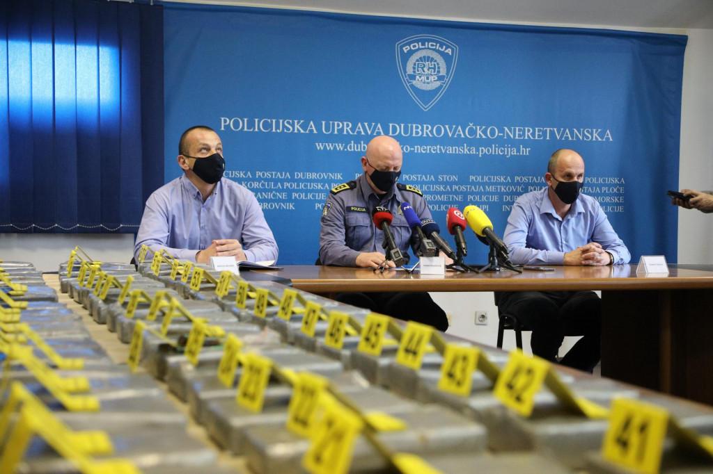 Dubrovnik, 080321<br /> U Policijskoj postaji Dubrovnik odrzana izvanredna konferencija za medije povodom zaplijene kokaina u Luci Ploce.<br /> Na fotografiji: Hrvoje Neusidl, Ivan Pavlicevic, Zoran Tikvica.<br />