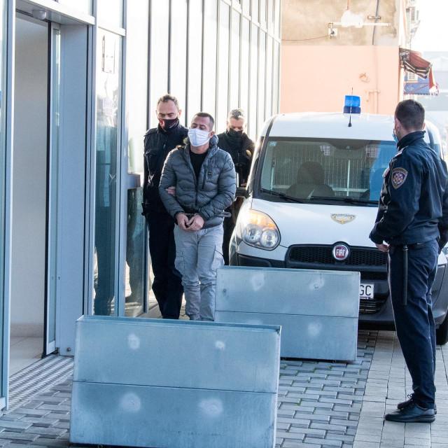 Pravosudni policajci dovode Andreu. M. na sud u Metkoviću<br /> Cropix