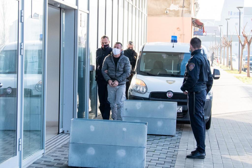 Pravosudni policajci dovode Andreu M. na sud u Metkoviću<br />