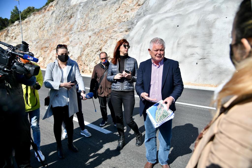 Andro Vlahušić i Nataša Gabričević s novinarima na cesti za Pobrežje