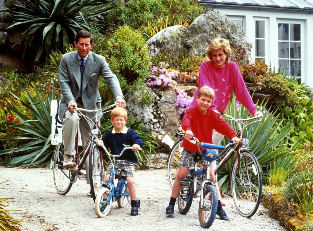 Princ Charles i princeza Diana s Williamom i Harryjem na biciklističkoj turi u mjestašcu Tresco na otoku Scilly