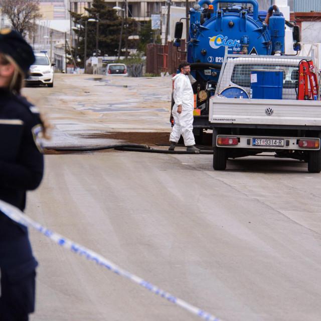 Policija je zatvorila za promet ulicu Kopilica radi izlijevanja nepoznate tekućine iz potpornog zida na cestu. U tijeku je očevid