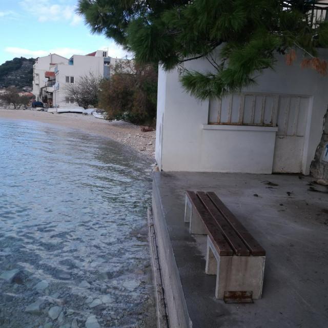 Ilegalni objekt Romea Tomaša u Bajnicama presjekao je plažu<br /> Privatni album