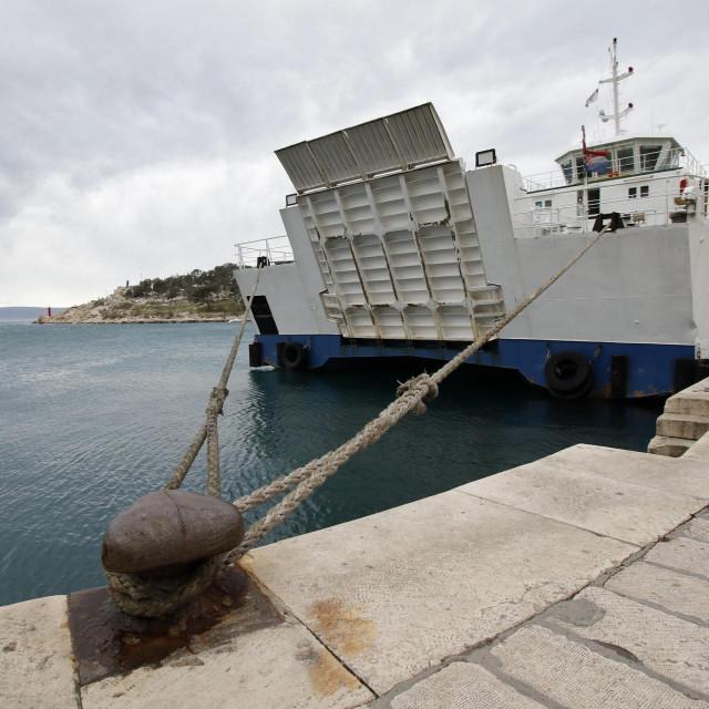 Trajekt Ston privezan bokom na makarskoj rivi