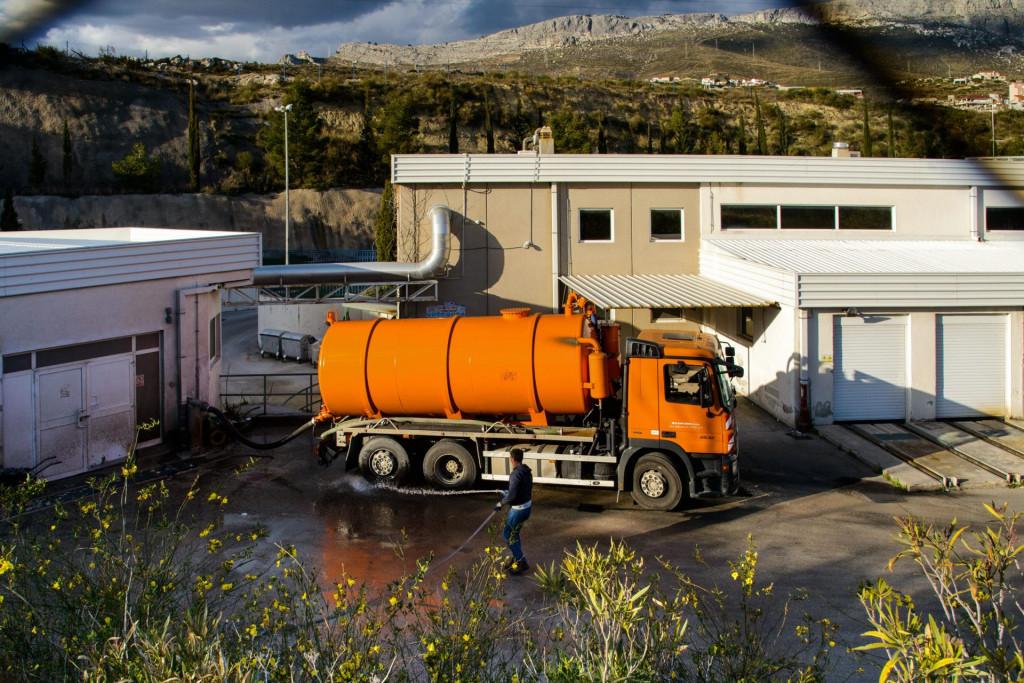 Cisterne prazne sadržaj septičkih jama u uređaj za pročiščavanje voda Stupe iz sustava Vodovoda i kanalizacije Split