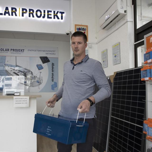 Damir Botić s litijskom baterijom <em>Victron Energy</em> od 200 Ah koja teži samo 21 kg