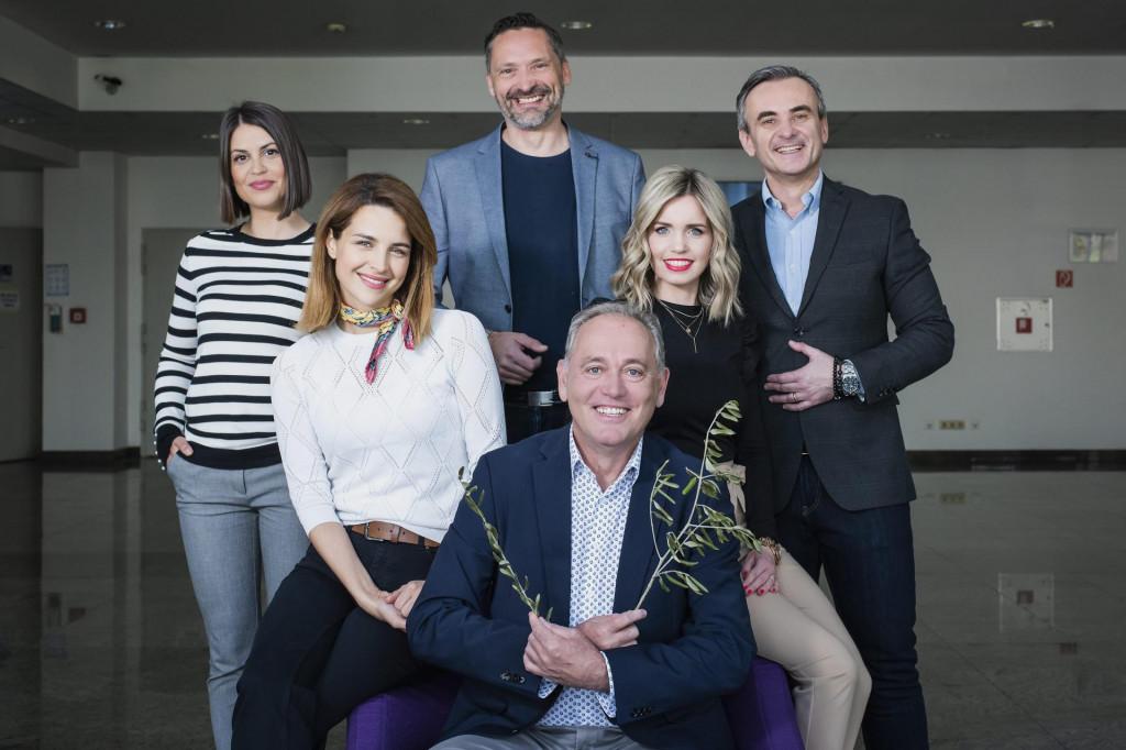 Zlata Muck Sušec, Maja Ciglenečki i Doris Pinčić vanjske su suradnice HRT-a, dok su njihovi kolege Davor Meštrović, Mirko Fodor i Ognjen Golubić stalno zaposleni