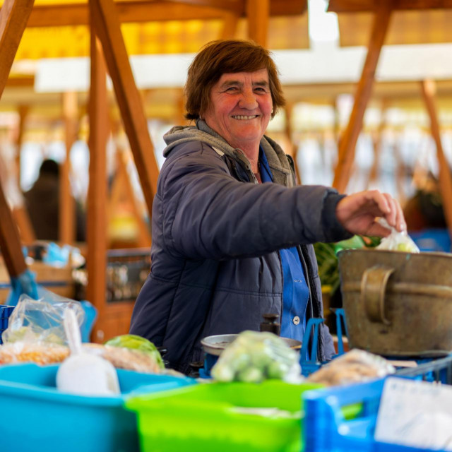 Teta Milka Pavičić iz Škabrnje već 40 godina prodaje voe i povrće iz svog polja na zadarskoj tržnici.