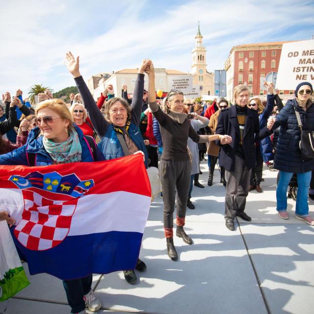 Prosvjed u Splitu: dio građana ne 'priznaje' koronu i ne sviđaju im se protuepidemijske mjere. Prosvjed je održan 20. ožujka, u jeku trećeg vala