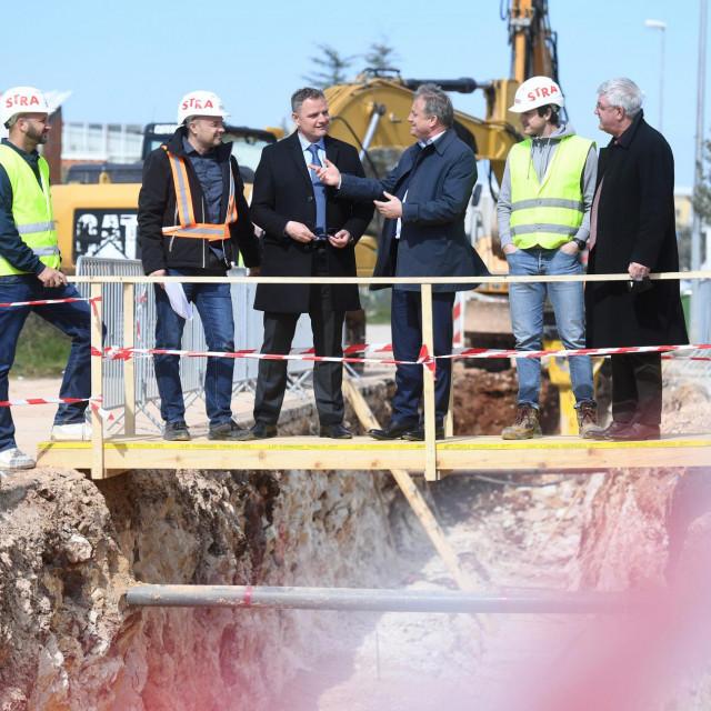 Gradonacelnik Branko Dukic sa suradnicima obisao je radove na projektu aglomeracije Bokanjac. To je jedan od najvecih infrastrukturnih projekata u Zadru pod nazivom Projekt poboljsanja vodno-komunalne infrastrukture aglomeracije Zadar - Petrcane. Izvodjac radova je tvrtka Strabag.<br />
