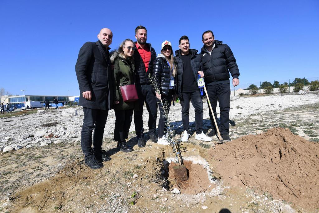 """U sklopu ATP Challengera Zadar Open, na igralištima Falkensteiner Resorta Punta Skala na inicijativu """"Zasadi stablo, ne budi panj"""", sudionici turnira posadili su pedeset stabala maslina i tako se uključili u akciju tijekom koje je do sada posađeno više od 60.000 stabala"""